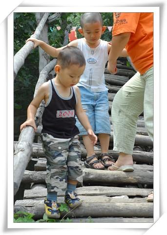 陡峭的木制扶梯