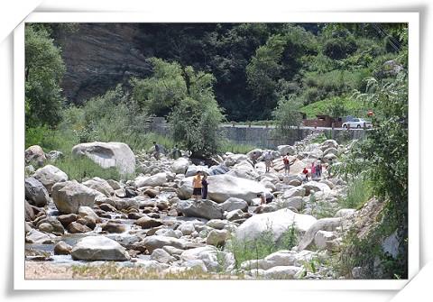 溪谷里的巨石与游人
