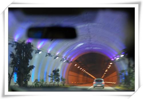 长长的隧道里突然出现这样一小段特殊灯光带,确实让人缓解视觉疲劳
