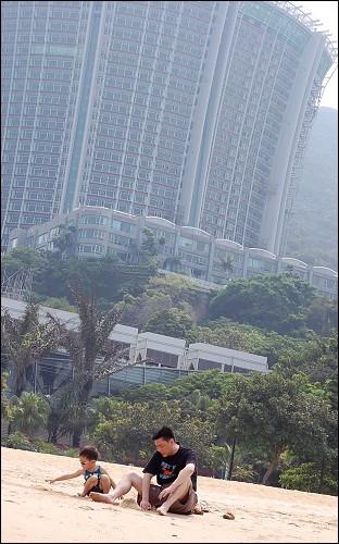 后面的高楼大厦是百合花形状的