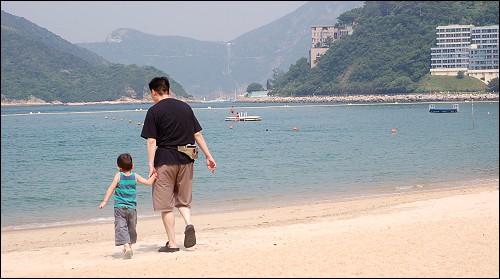 赶海的父子俩