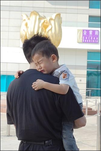 大人的争吵也影响了小人儿的情绪,,,