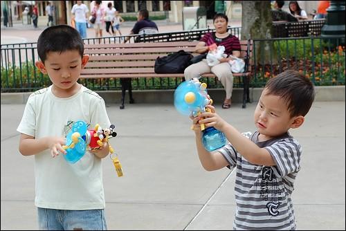 一进门,小哥俩就各花150港银买了这会喷水的米奇小风扇
