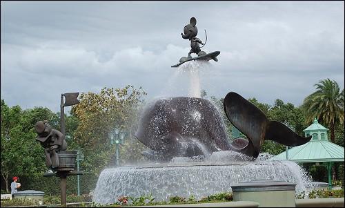 米奇雕像和喷泉!(天上厚重的云层还残留一点台风的痕迹)
