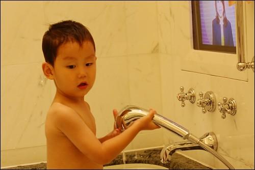 放水洗澡准备送香吻的小家伙