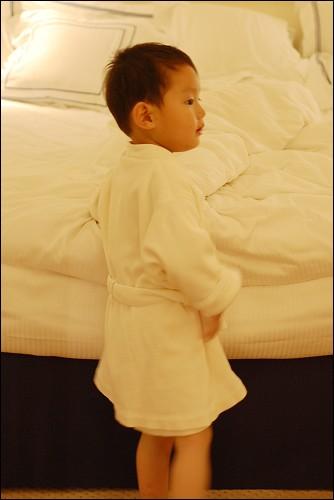 行了,妈妈,别傻乐了,快来陪我上床睡觉!