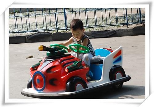 这种儿童碰碰车除了要手握方向盘之外,还得自己踩油门呢!