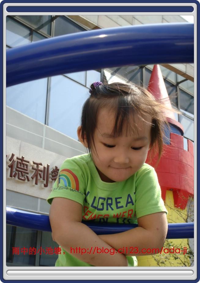 圆融广场上的儿童攀岩