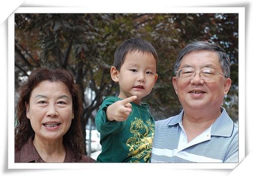 中秋节了,和敬爱的爷爷奶奶来一张合影