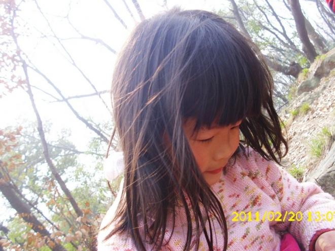 山上的风吹乱了她的头发...