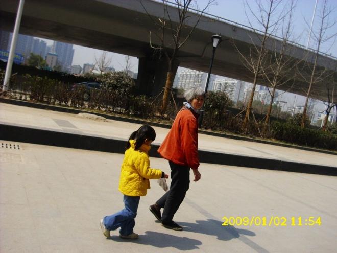 贝儿和奶奶走在马路上