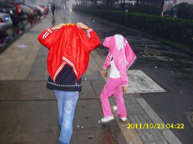 用衣遮雨...