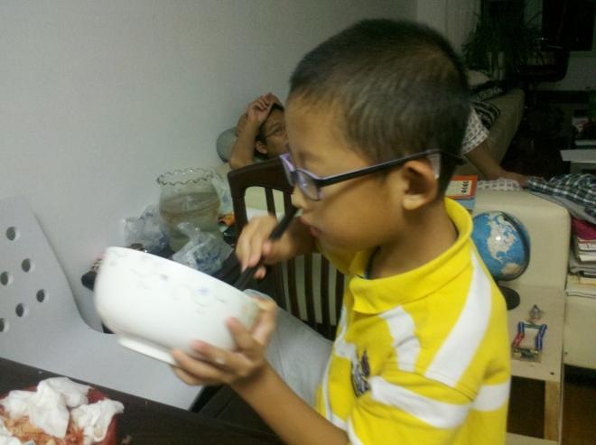 丁丁/看着照片上丁丁同学抱着大碗吃饭的样子,便又想到这也是小子的...