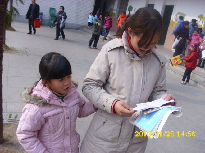 贝儿妈妈在检查她抄的作业