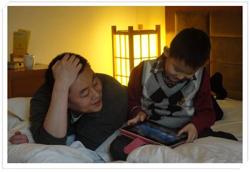 在温泉宾馆里和爸爸玩《送小羊回家》