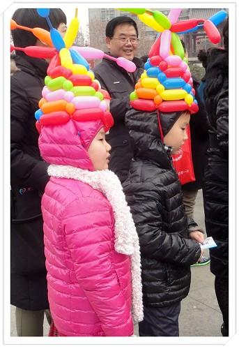 然后会合心心妹妹一家,到大唐西市继续逛新年大庙会。现在我们在等着玩蹦极呢。