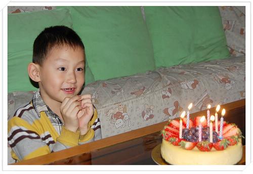 晚上在爷爷奶奶家过的生日,在香格里拉吃得还意犹未尽,又带回来一套双莓芝士蛋糕庆贺生日