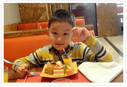 """周日中午在香格里拉大酒店的自助餐厅,小寿星给自己选了""""七彩阳光""""七种蛋糕"""
