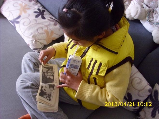 聪儿看着发黄的'娃娃书'...