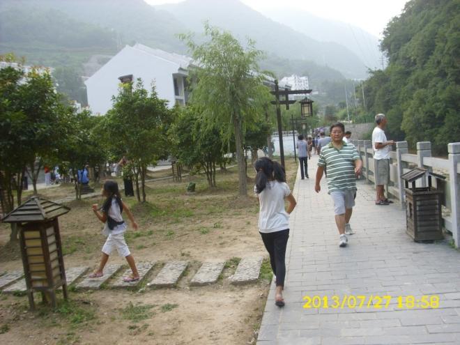 爷爷在香溪街碰到孩子们