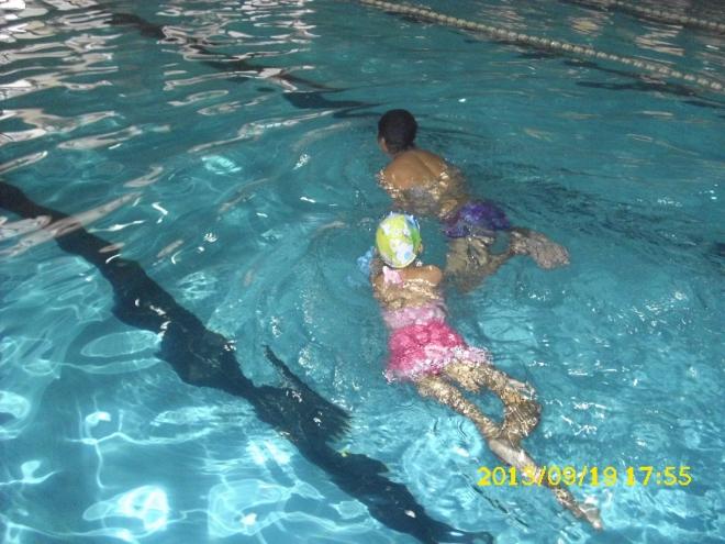 聪儿可以不用防护游泳了