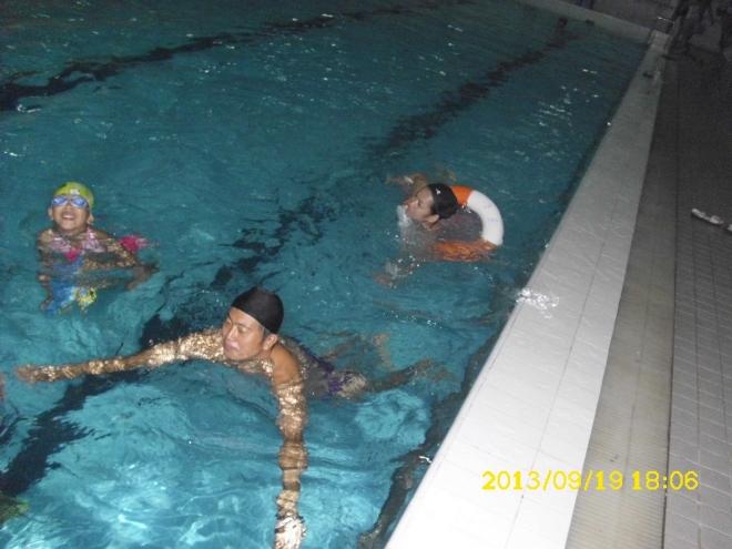 一家三口在游泳