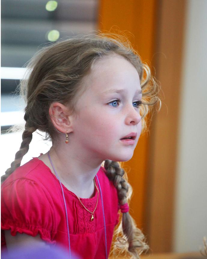 n 感觉这个小姑娘有种特别的忧郁气质,像是古电影里穿错了时空的小