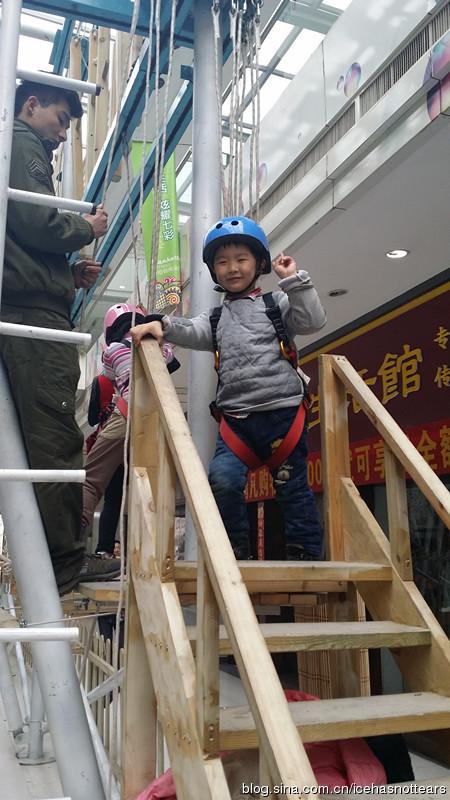 攀爬架上的英姿