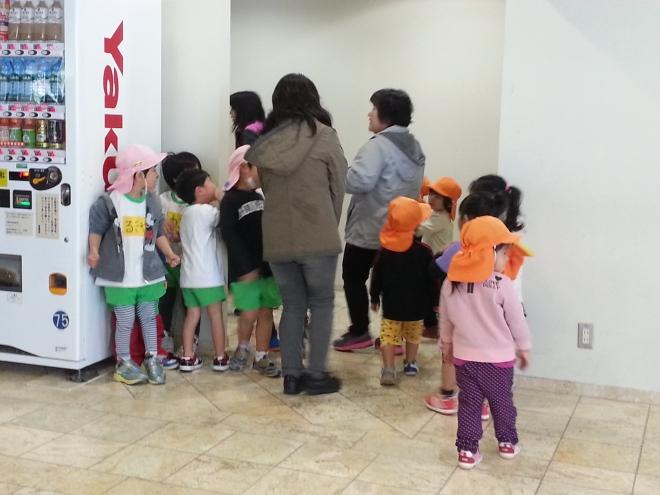 幼儿园的学生们排队上厕所
