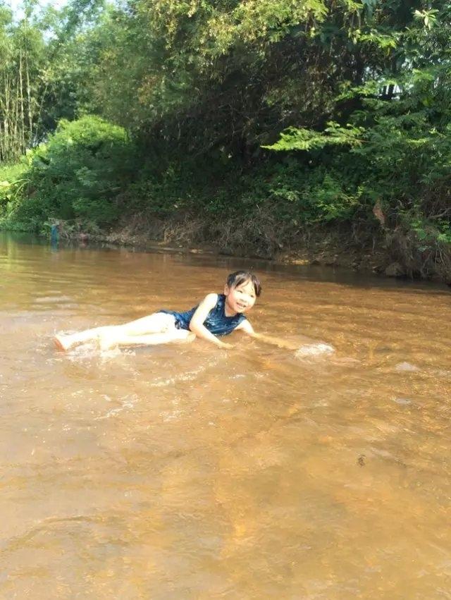 去河里洗澡,哈哈图片